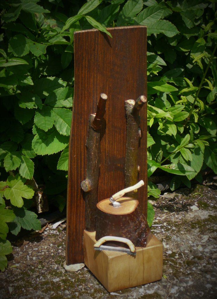 Věšák na klíče s pařezem a miniaturní pilou a sekerou